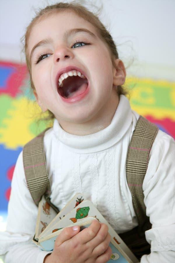 Schönes Lachen des kleinen Mädchens glücklich zu Hause lizenzfreie stockfotografie
