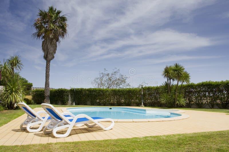 Schönes Landhaus mit einem gesunden Garten und einem Pool stockfotografie