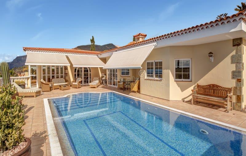 Schönes Landhaus mit Pool stockfotos