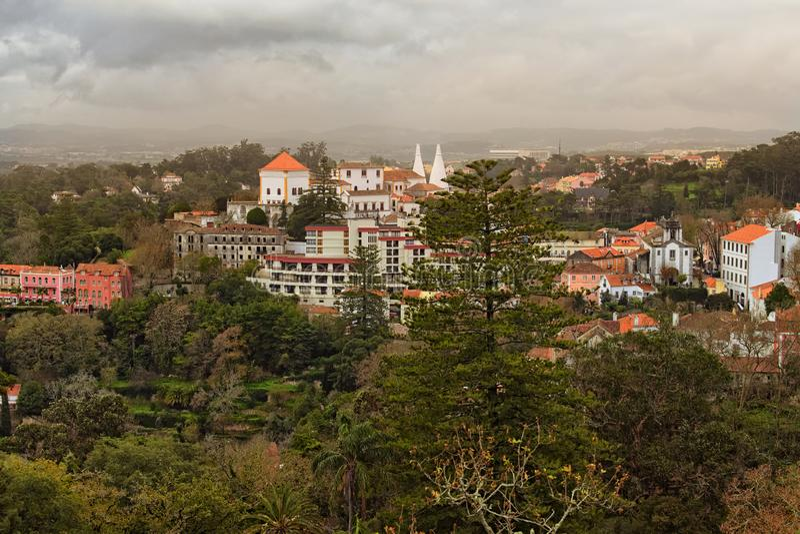Schönes Landschaftsfoto von mittelalterlichem Sintra und erstaunliche Natur ringsum sie Drastischer Himmel mit Gewitterwolken lizenzfreie stockfotografie