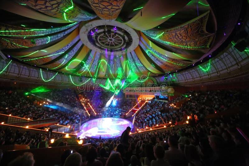 Schönes Laser-Zeigung in der Arena des großen Moskau-Staatszirkus stockfotografie