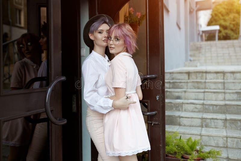 Schönes lesbisches Paarumarmen Liebe und Leidenschaft zwischen den zwei Mädchen stockbild