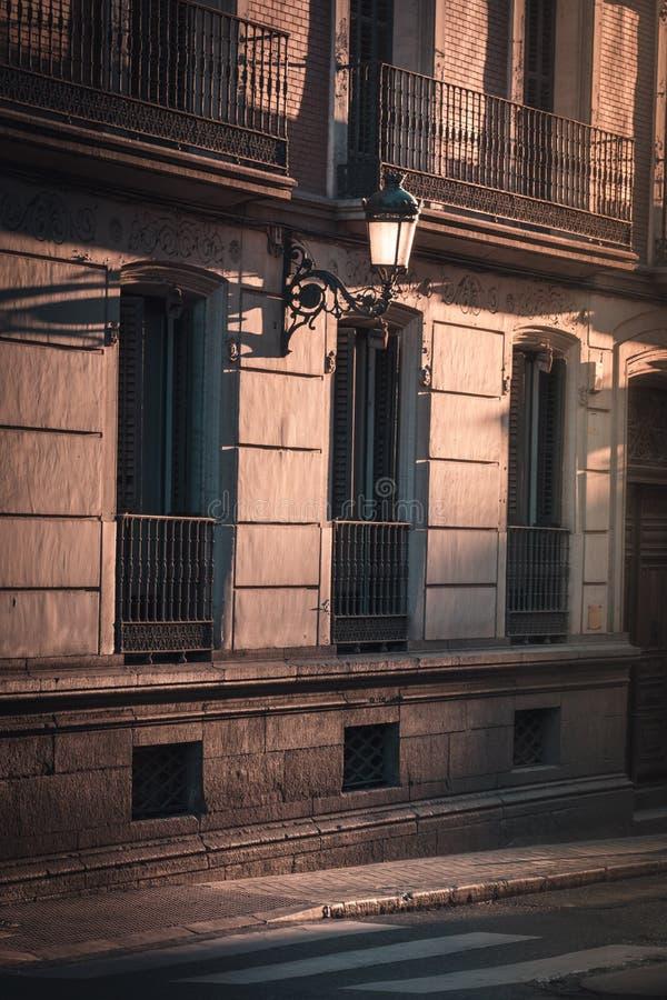 Schönes Licht bei Sonnenuntergang in Madrid-Straße, Spanien stockbilder