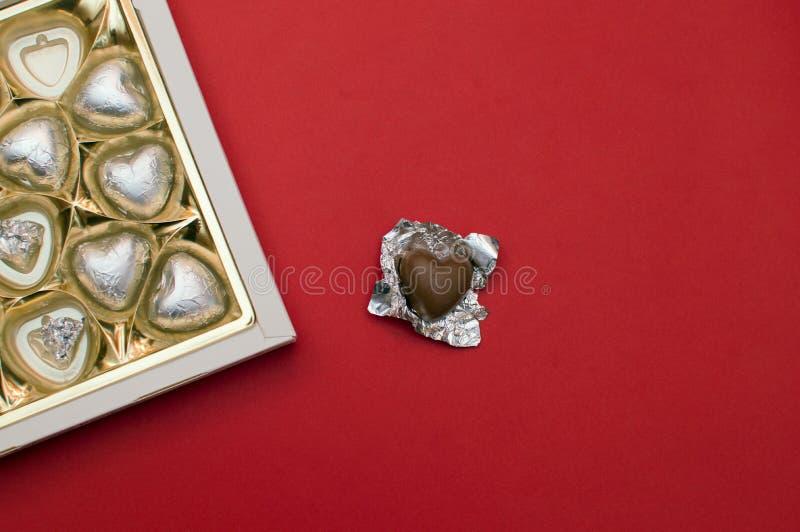 Schönes Liebeskonzept für Valentinsgrußtag Geöffneter süßer Kasten mit Schokoladenherzen formte Bonbons nach innen stockfoto