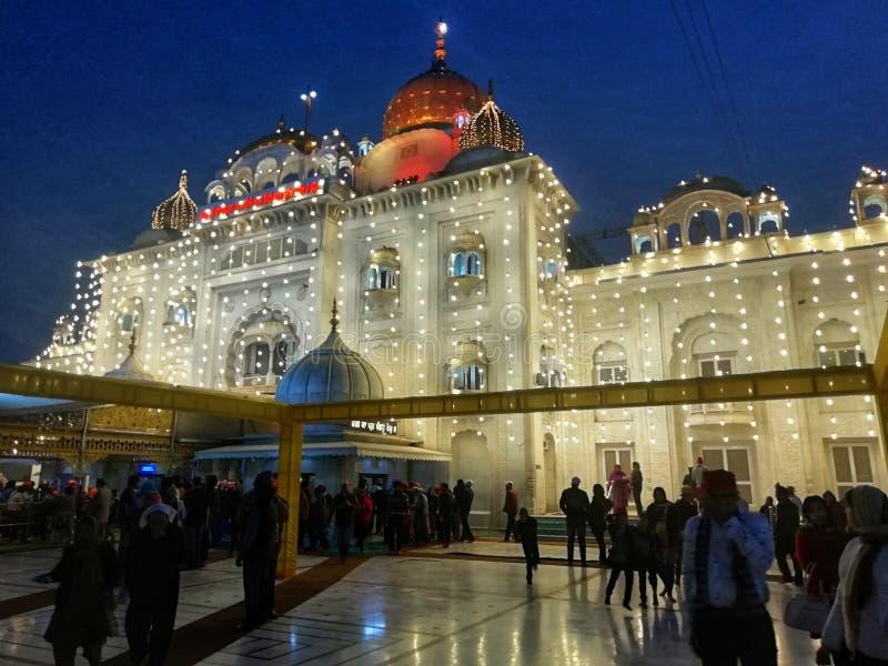 Schönes Lighing von Gurdwara Bangla Sahib nachts lizenzfreies stockfoto