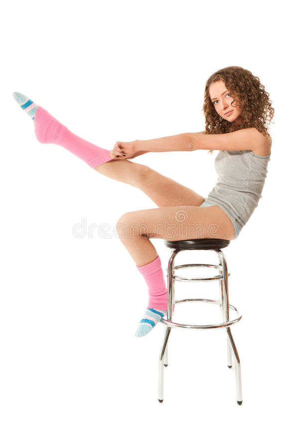 Schönes lockiges behaartes Frauensitzen stockfoto