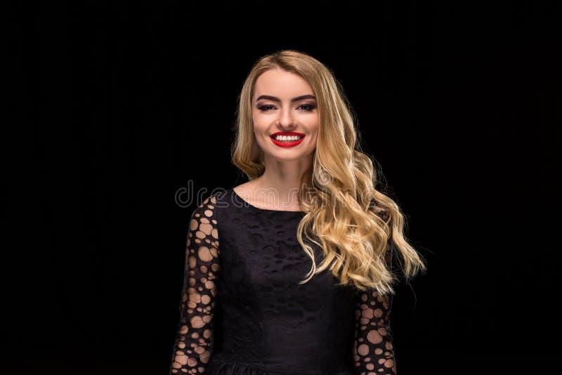 Schönes lockiges Haar Weibliches Schönheits-Modell With Perfect Makeup, herrliches Volumen und blondes Haar-Farbe stockfotografie
