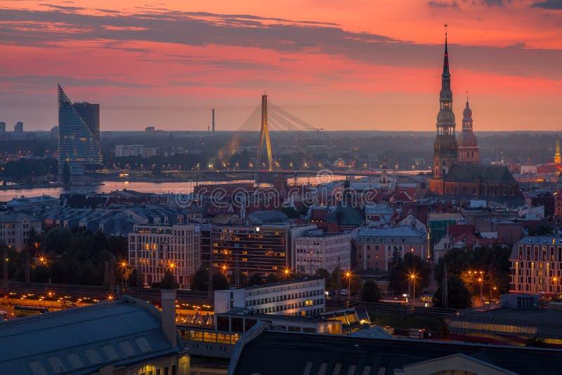Schönes Luftpanorama von Riga-Mitte und von Vansu-Brücke über Daugavafluß während des erstaunlichen Sonnenuntergangs Ansicht beli lizenzfreies stockfoto