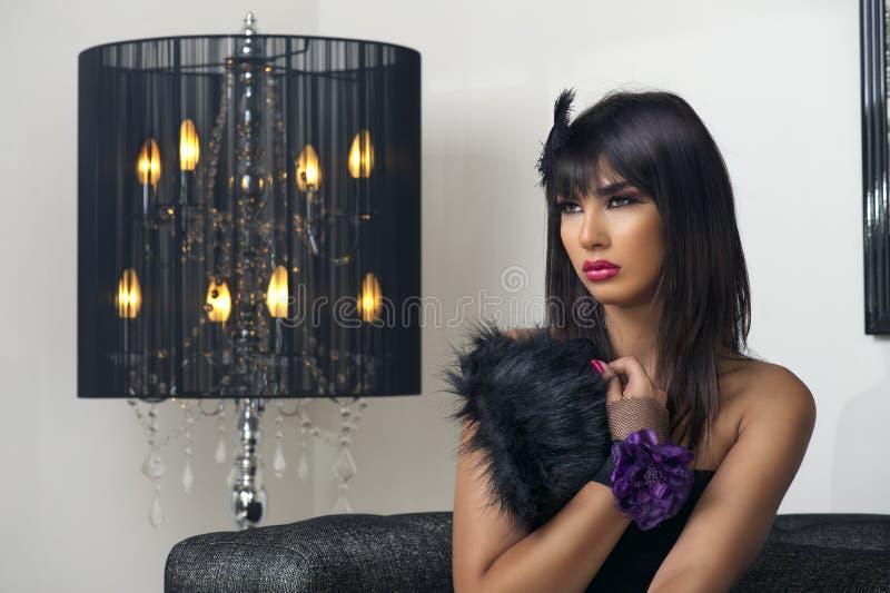 Schönes luxuriöses Frauensitzen u. sinnlich aufwerfen stockbilder