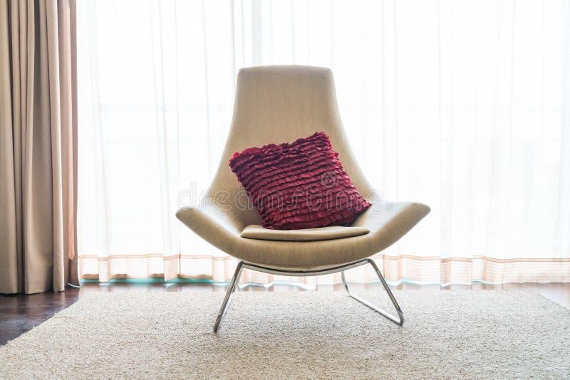 Schönes Luxuskissen auf Sofadekoration in Wohnzimmer interio lizenzfreie stockfotos