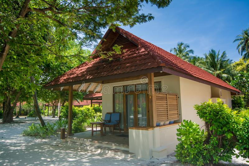 Schönes Luxusstrandhaus gelegen am tropischen Erholungsort lizenzfreies stockbild