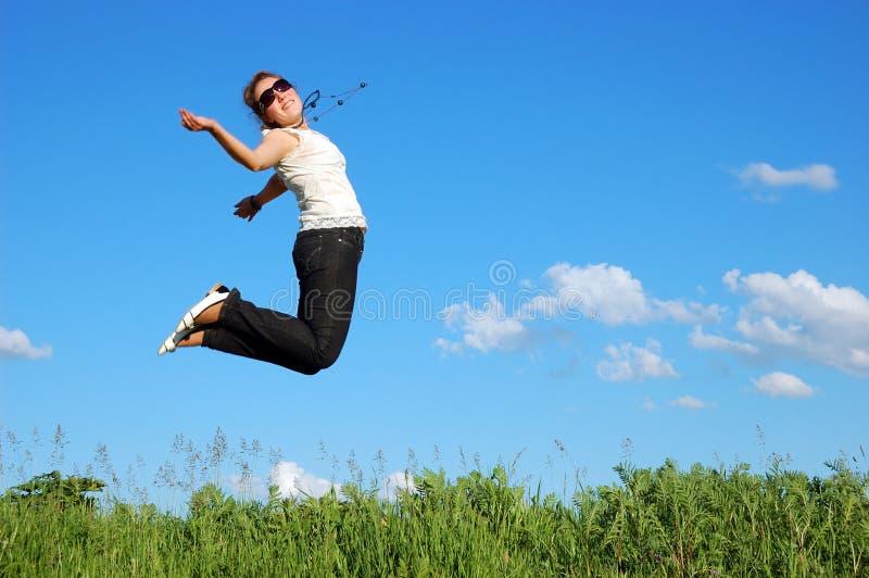 Schönes Mädchen über einem blauen Himmel stockfotografie