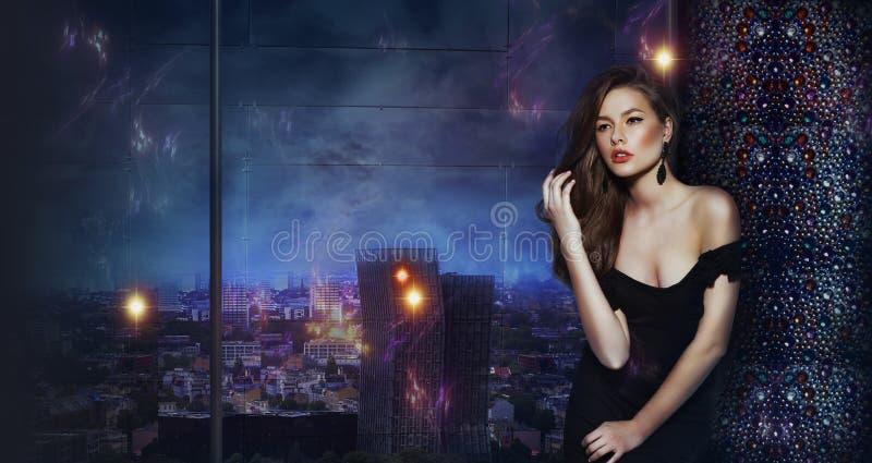 Schönes Mädchen über futuristischem städtischem Hintergrund der Nachtstadt stockbild