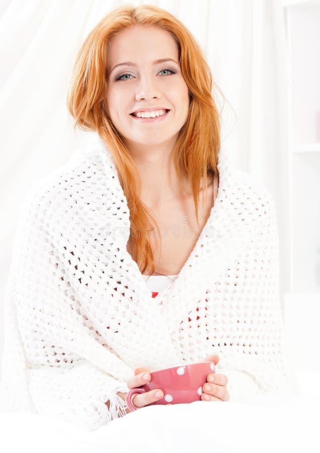 Schönes Mädchen auf Bett lizenzfreie stockbilder
