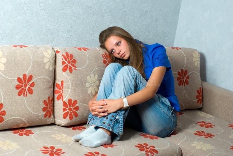 Schönes Mädchen auf Couch lizenzfreie stockfotos