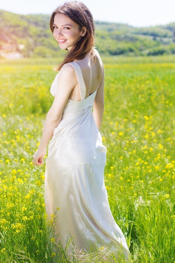 Schönes Mädchen auf dem gelben Gebiet stockfotos