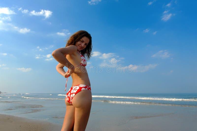 Schönes Mädchen auf dem Strand stockfotos