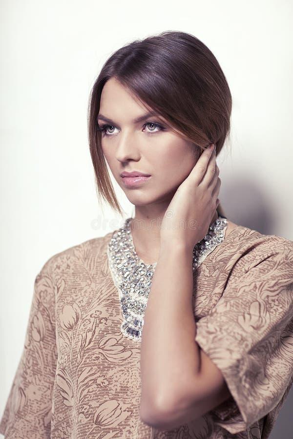 Schönes Mädchen auf dem weißen Hintergrundabschluß oben mit elegantem Zusatz stockbilder