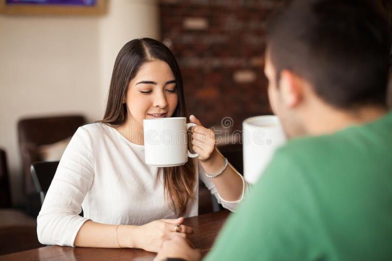 Schönes Mädchen auf einem Datum an der Kaffeestube stockfoto