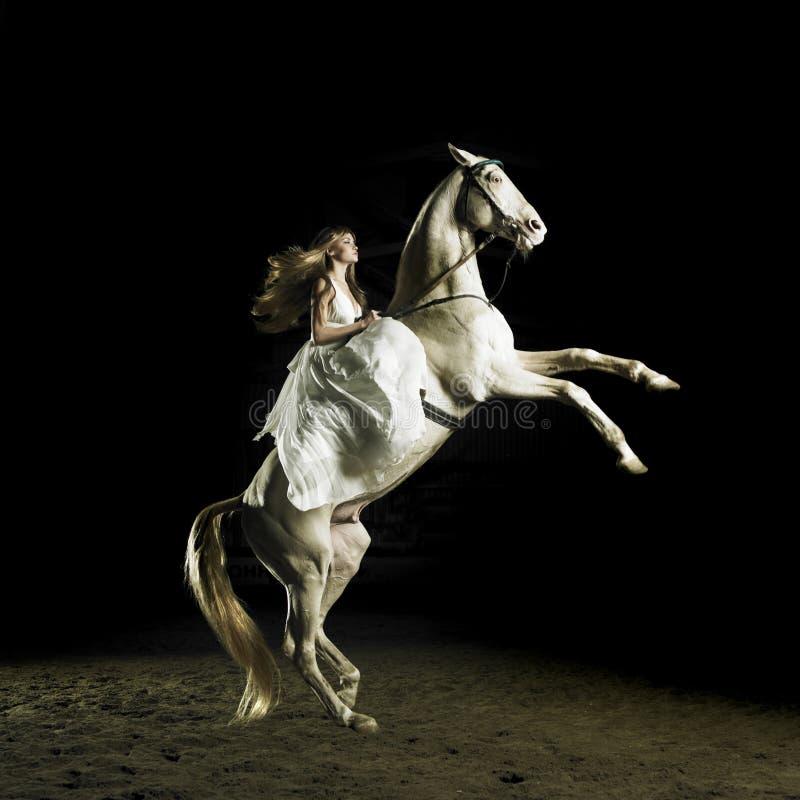 Schönes Mädchen auf einem weißen Pferd lizenzfreie stockfotos