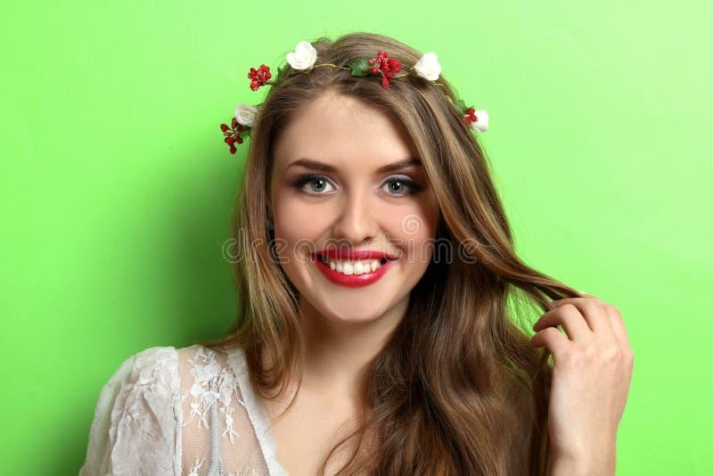 Schönes Mädchen auf grünem Hintergrund lizenzfreies stockbild