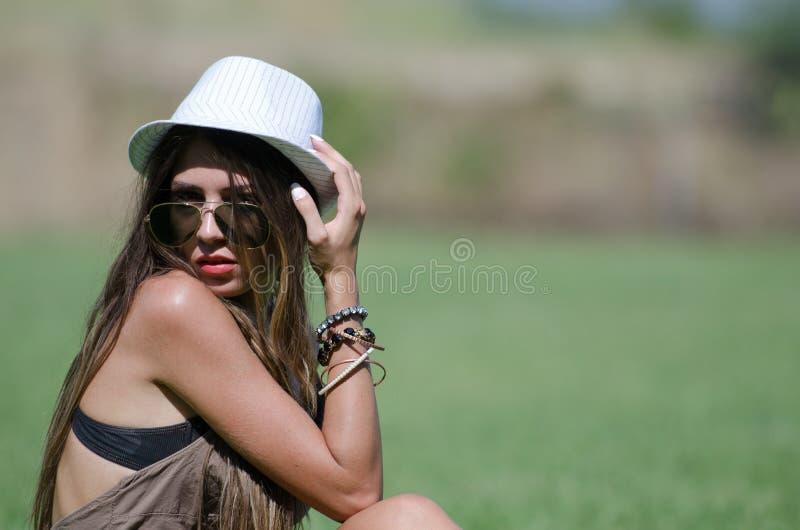 Schönes Mädchen auf Gras lizenzfreie stockbilder
