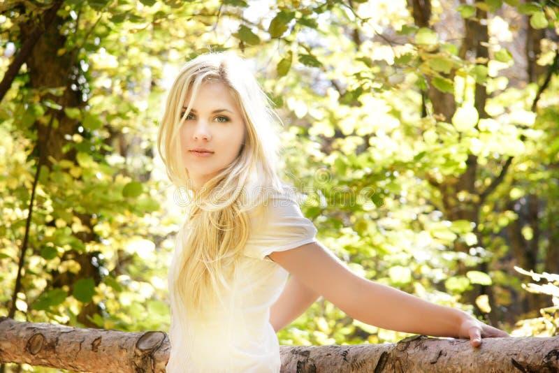 Schönes Mädchen auf natürlichem Hintergrund stockbilder