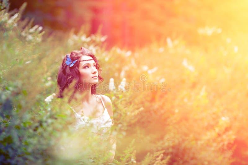 Schönes Mädchen auf Natur schönes junges Mädchen draußen Genießen Sie H stockfotografie
