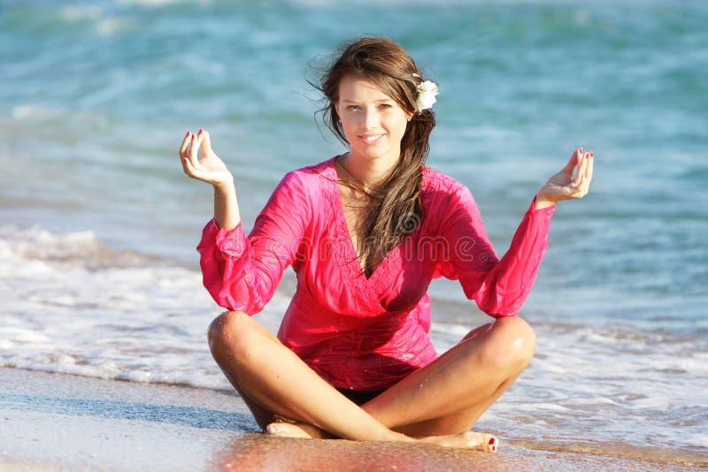 Schönes Mädchen auf Strand lizenzfreies stockfoto