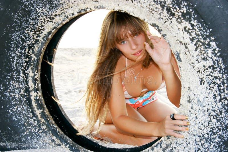 Schönes Mädchen auf Strand stockfotografie