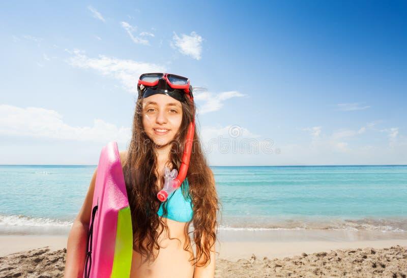 Schönes Mädchen auf Strandporträtgriff-Körperbrett stockbild