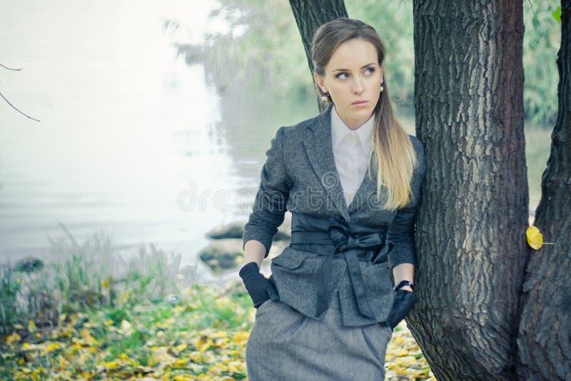 Schönes Mädchen am Baum stockfotografie