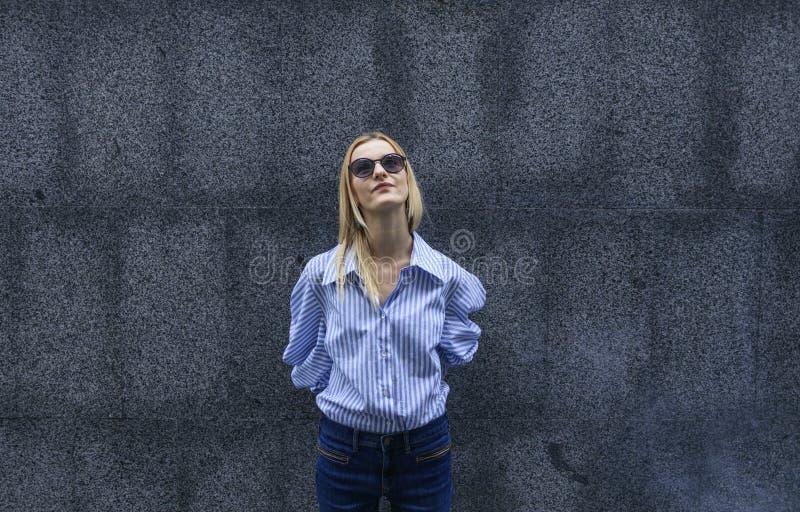 Schönes Mädchen beim Glaslächeln lizenzfreie stockfotos