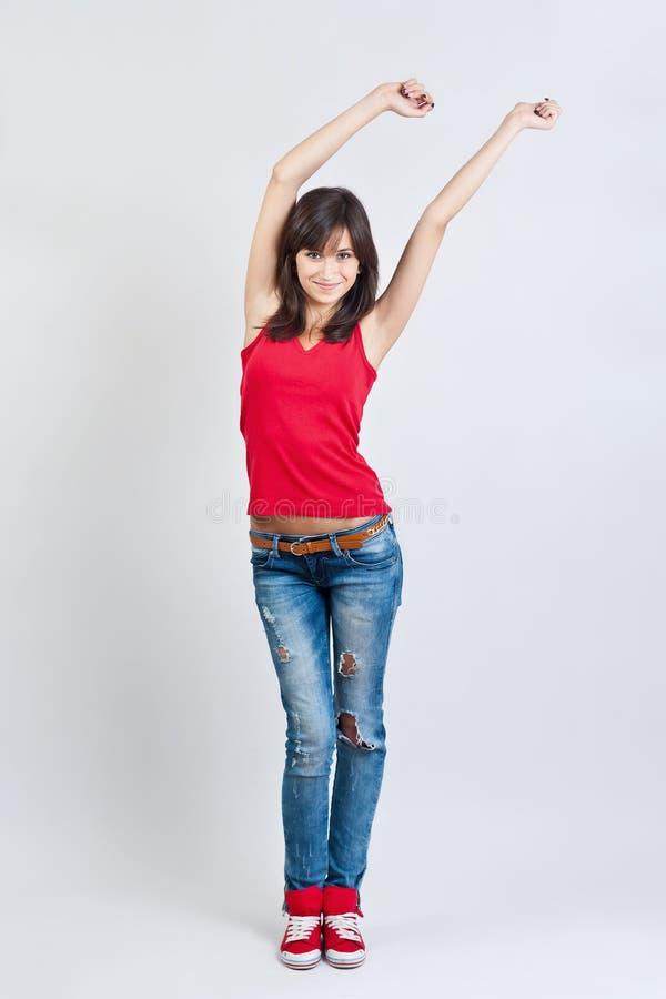 Schönes Mädchen beim Jeanstanzen lizenzfreies stockfoto