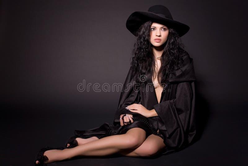 Schönes Mädchen, das auf dem Fußboden sitzt lizenzfreie stockfotos