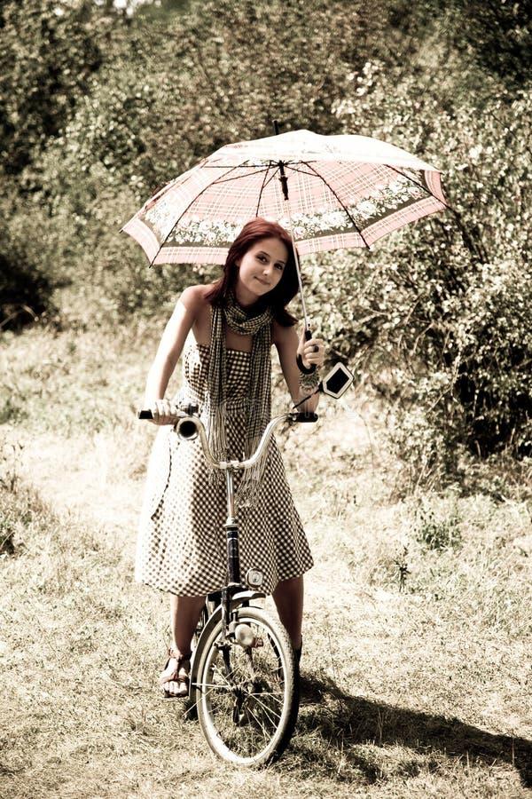 Junge Frau Weißen Kleid Auf Dem Gras Sitzend — Stockfoto