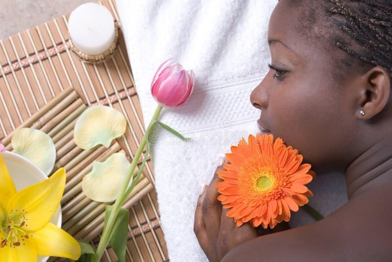 Schönes Mädchen, das auf Massagetabelle sich entspannt lizenzfreies stockbild