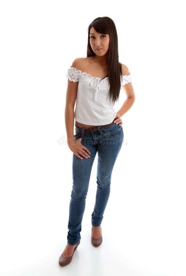 Schönes Mädchen, das dünne Jeans und Oberseite trägt stockfoto