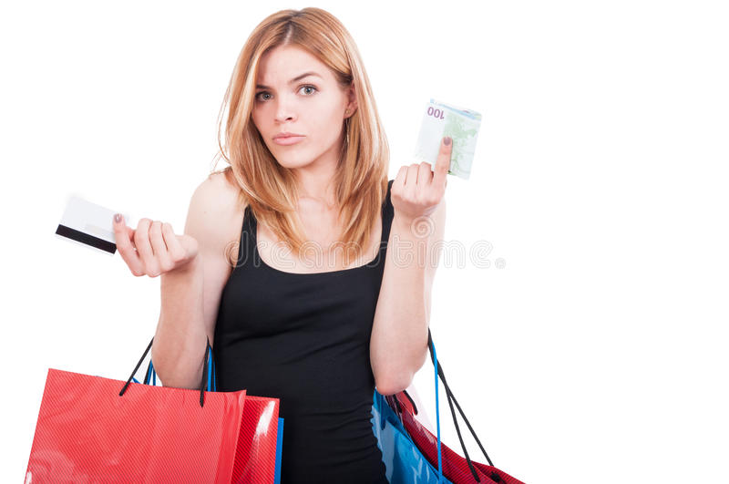 Schönes Mädchen, das dem Einkaufen zweifelhaft betrachtet lizenzfreie stockfotografie