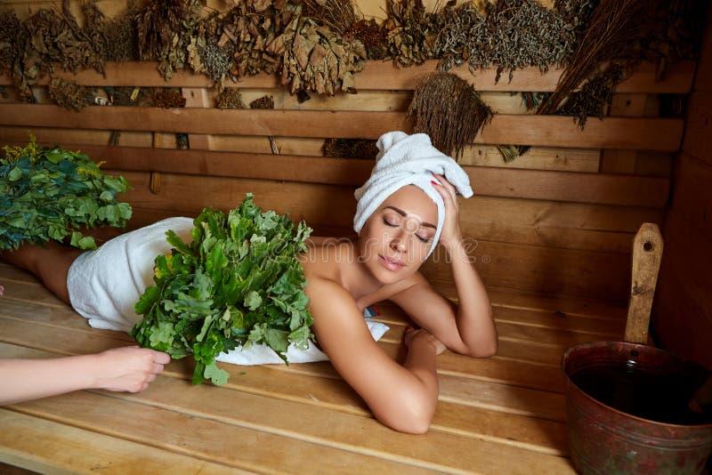 Schönes Mädchen, das in der Sauna sich entspannt lizenzfreies stockbild