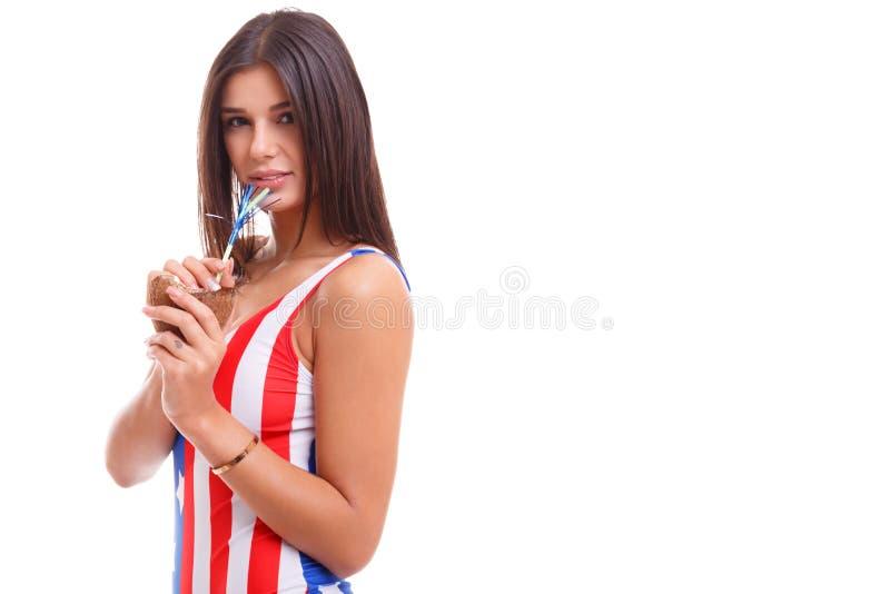 Schönes Mädchen, das ein Cocktail in einer Kokosschale trinkt Nahaufnahme Getrennt auf weißem Hintergrund stockbilder