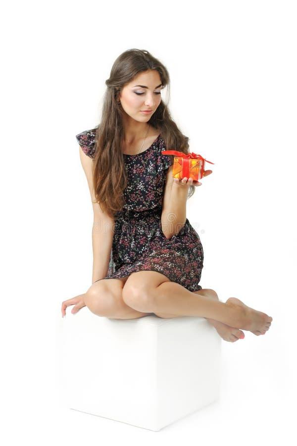 Schönes Mädchen, das ein Geschenk anhält stockfotos