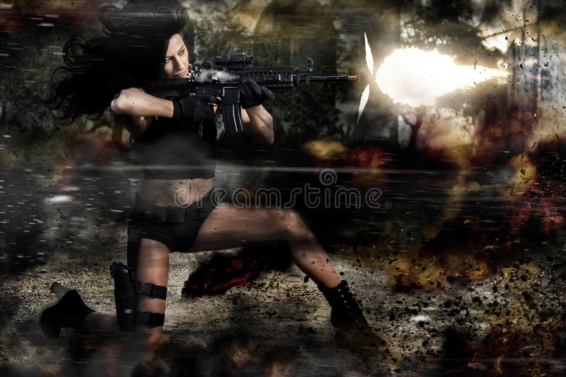 Schönes Mädchen, das ein Maschinengewehr abfeuert lizenzfreie stockbilder