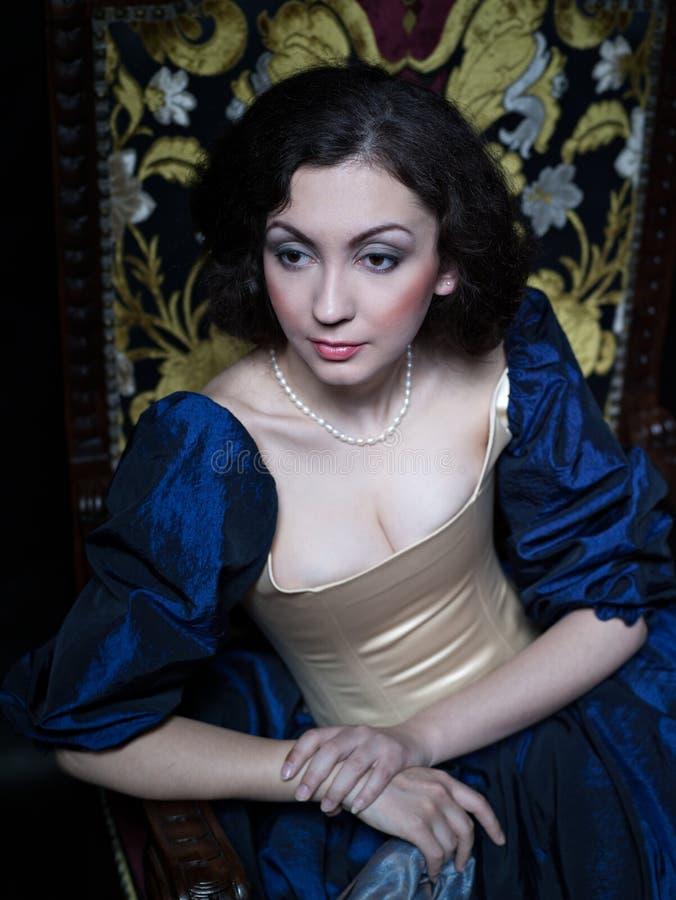 Schönes Mädchen, das ein mittelalterliches Kleid trägt xvii lizenzfreies stockfoto