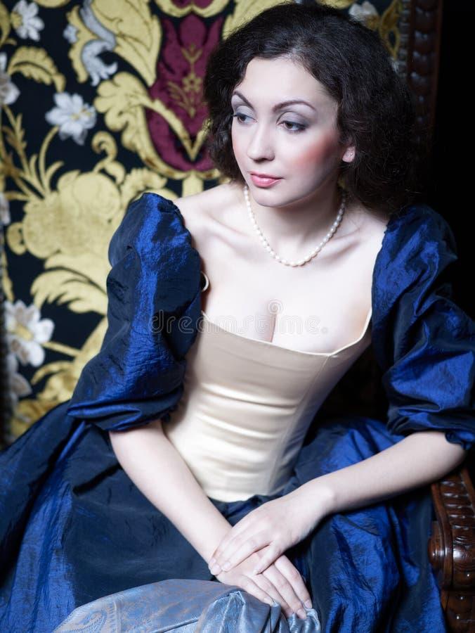 Schönes Mädchen, das ein mittelalterliches Kleid trägt xvii stockfoto