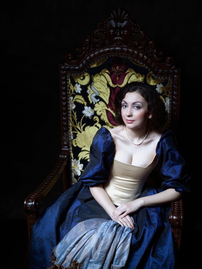 Schönes Mädchen, das ein mittelalterliches Kleid trägt xvii stockbild