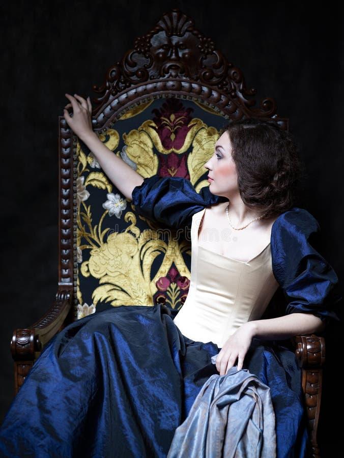 Schönes Mädchen, das ein mittelalterliches Kleid trägt xvii lizenzfreies stockbild