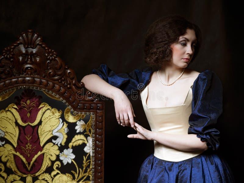 Schönes Mädchen, das ein mittelalterliches Kleid trägt xvii lizenzfreie stockfotografie