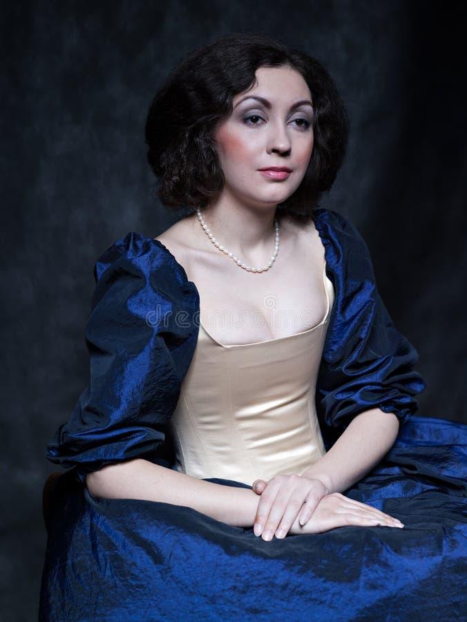 Schönes Mädchen, das ein mittelalterliches Kleid trägt xvii lizenzfreie stockfotos