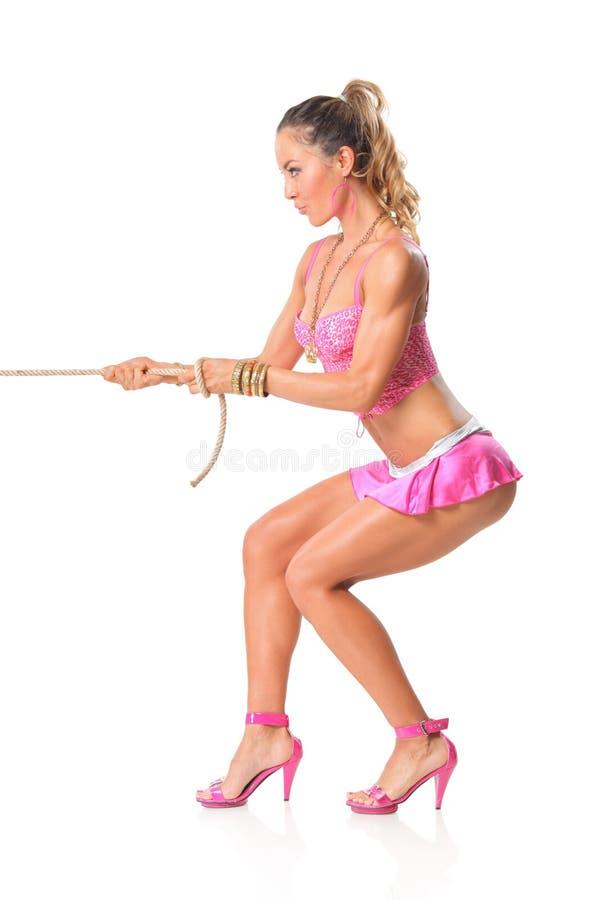 Schönes Mädchen, das ein Seil zieht lizenzfreie stockfotografie